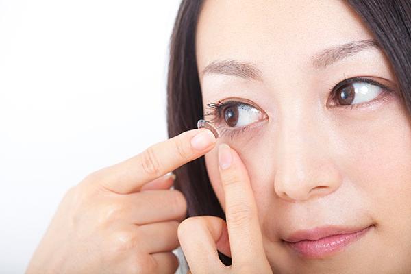 特殊なコンタクトレンズをつけることで、視力の向上を図ります